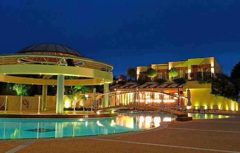 Ambassador Hotel - Pool - 20