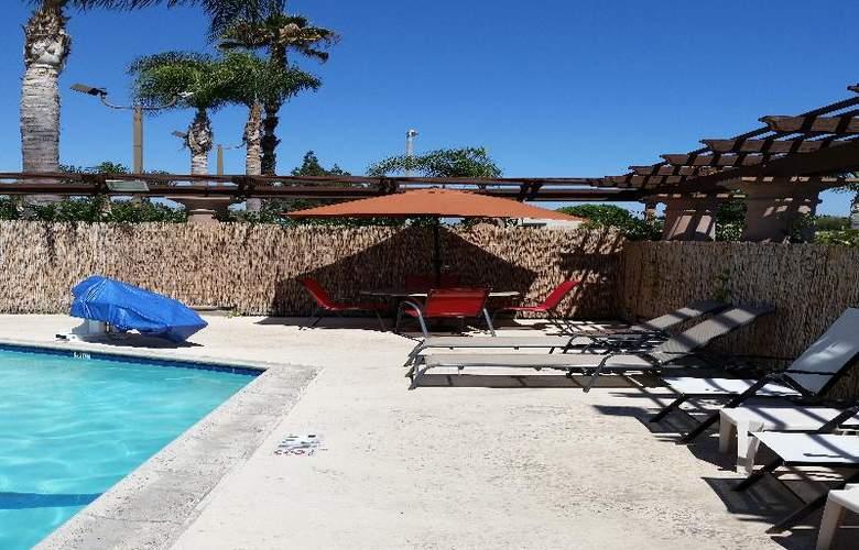 Comfort Inn Maingate - Pool - 3