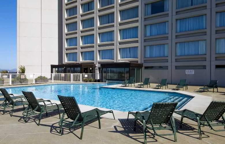 Hilton Quebec - Pool - 9