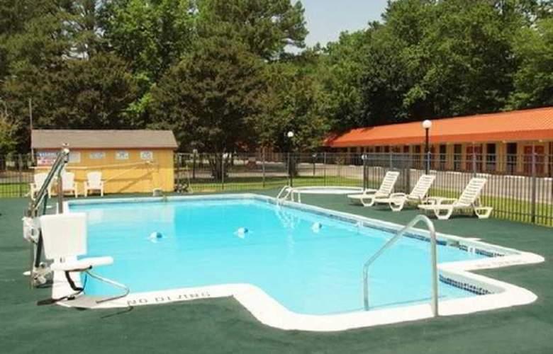 Econo Lodge - Pool - 3