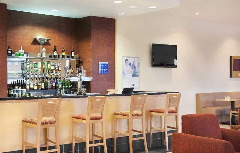 Holiday Inn Express Antrim - Bar - 11