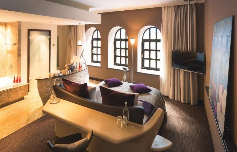 East - Room - 12