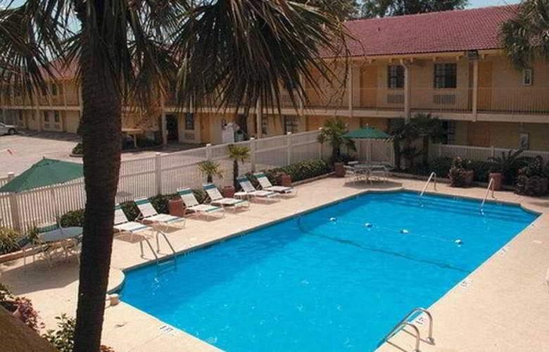 La Quinta Inn North Charleston - Pool - 3