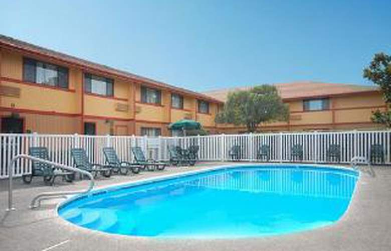 Quality Inn and Suites - Pool - 5