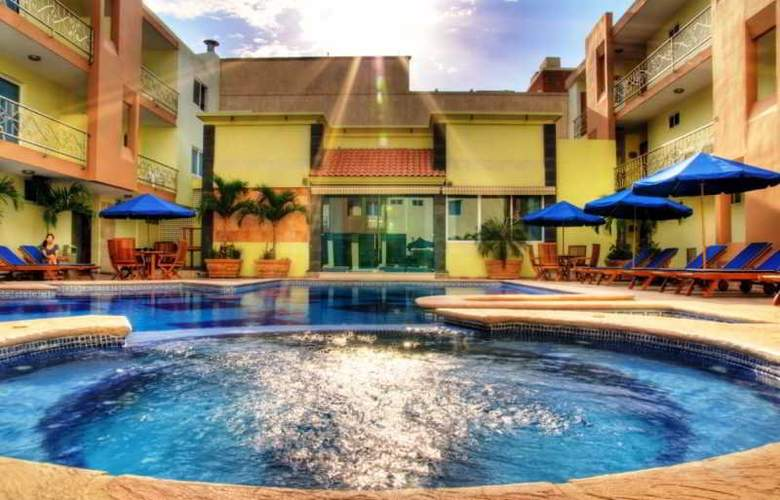 Quality Inn Mazatlan - Pool - 13