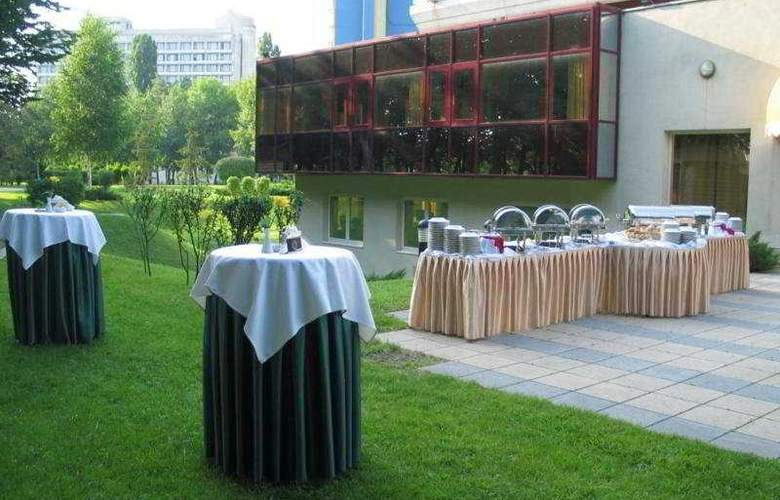 Crowne Plaza Bucharest - Terrace - 10