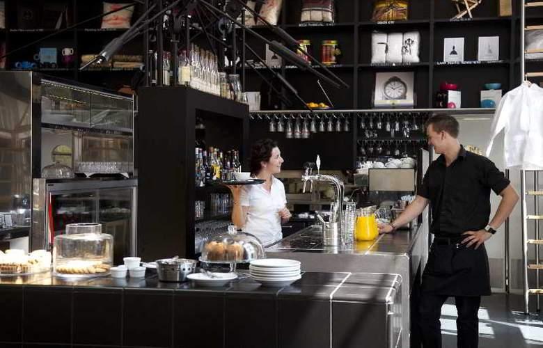 Lloyd Hotel and Cultural Embassy - Bar - 7