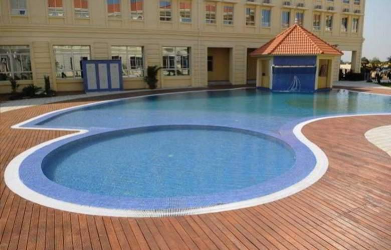 Ritz Victoria Garden - Pool - 21