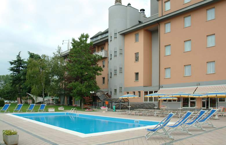 Embassy Park - Pool - 10
