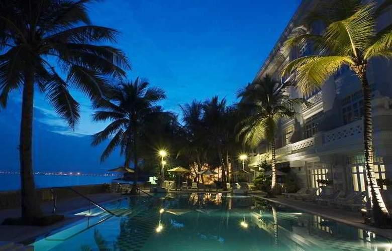 Eastern and Oriental Hotel Penang - Pool - 36