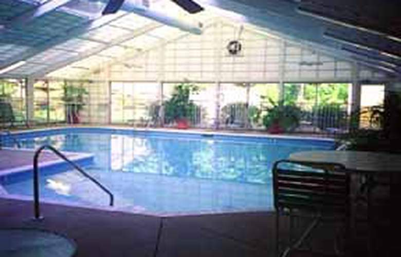 Comfort Suites Airport - Pool - 3