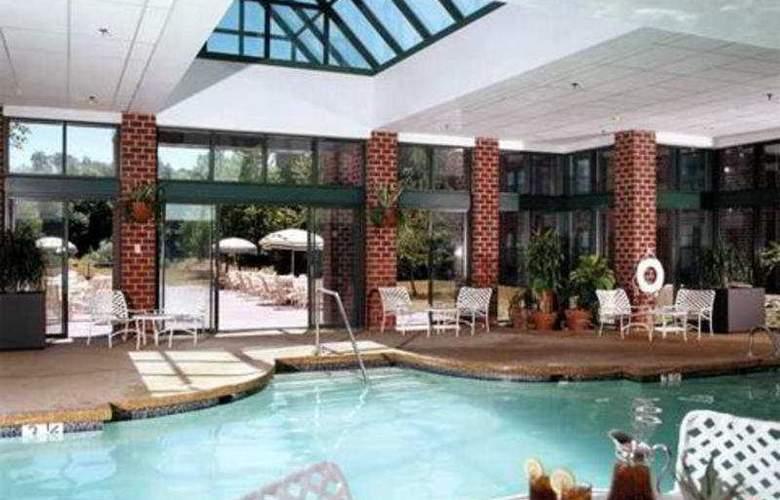 Hilton Mystic at the Aquarium - Pool - 6