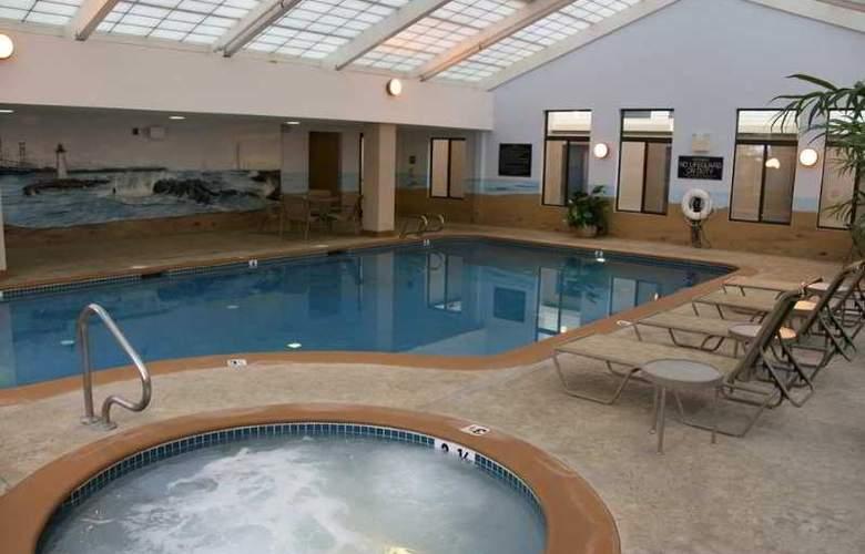 Hampton Inn Portsmouth - Pool - 11