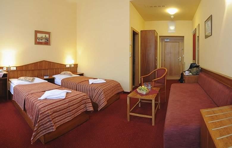 Alton Praga - Room - 9