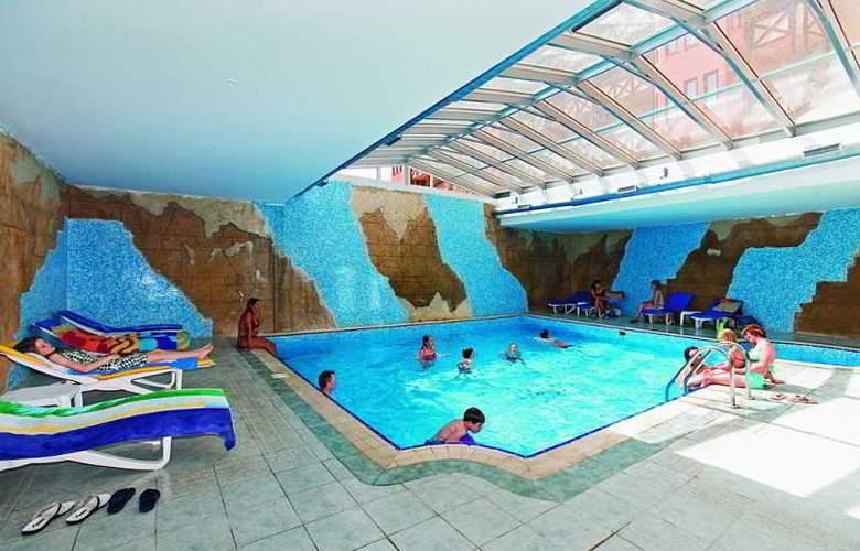 Villa Side - Pool - 10
