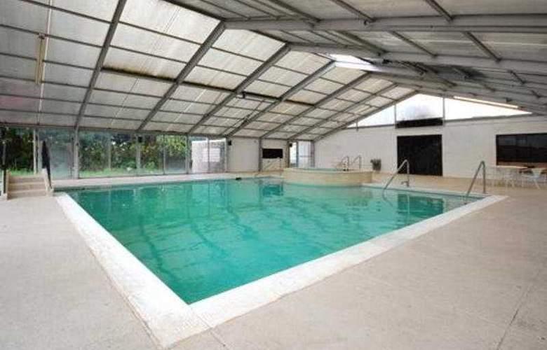 Comfort Inn & Suites Airport Camp Creek - Pool - 3
