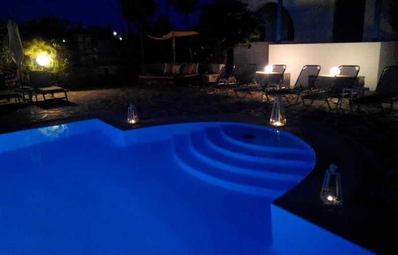 Zoumis Studios - Pool - 11