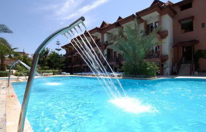 Rose Hotel - Pool - 4