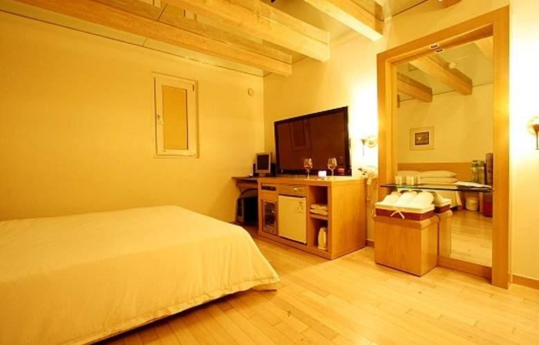 Ana - Room - 7