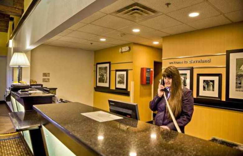 Hampton Inn & Suites Cleveland Airport Middleburg - Hotel - 1