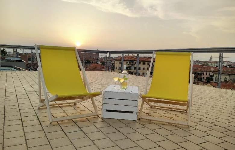 Sunny Terrace Hostel - Terrace - 31