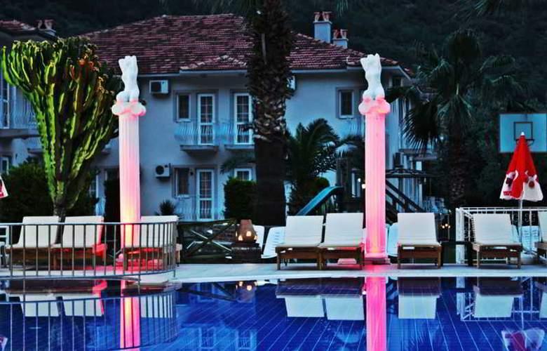 Majestic Hotel - Pool - 14