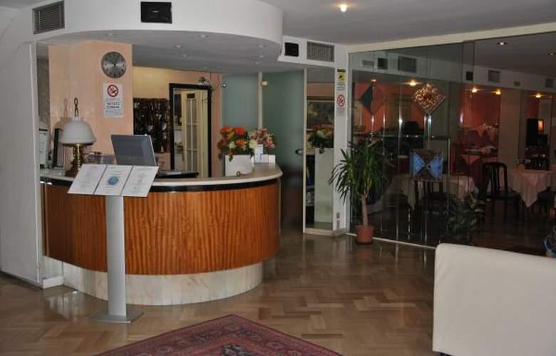 Brown_atrium - Hotel - 1