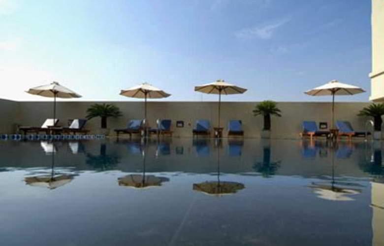 Aston Braga Hotel & Residence - Pool - 1