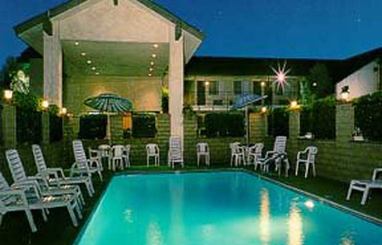 Econo Lodge North - Pool - 2