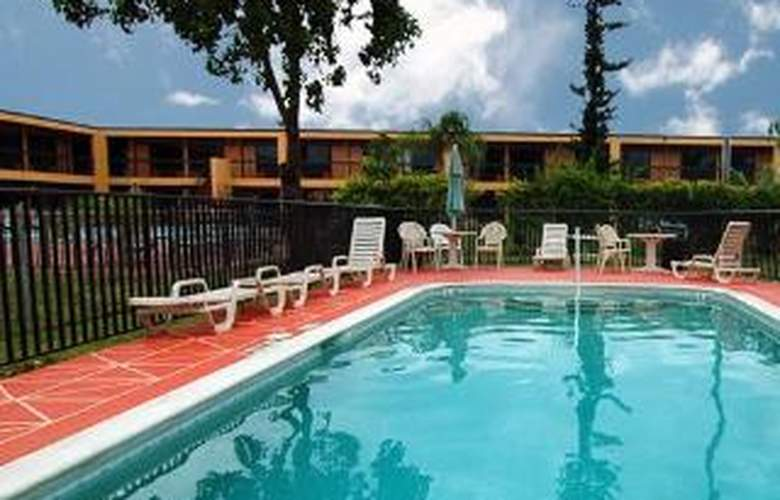 Econo Lodge North - Pool - 3