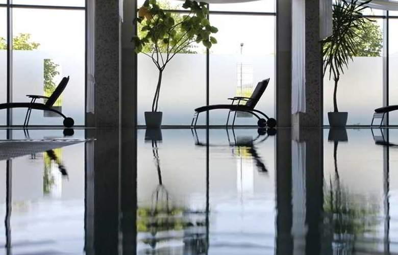 Holiday Inn Sofia - Pool - 35