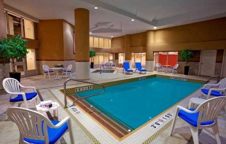 Hilton Garden Inn Toronto Airport - Pool - 8