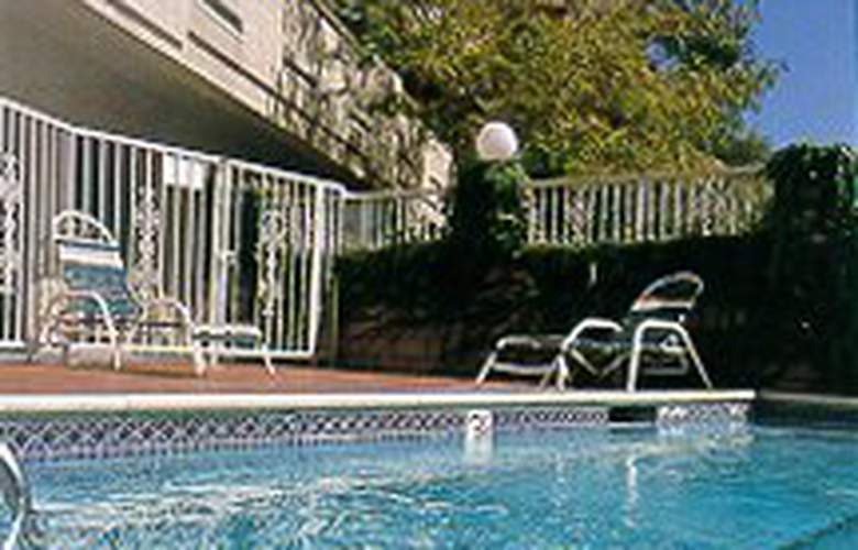 Comfort Inn (Norwalk) - Pool - 3