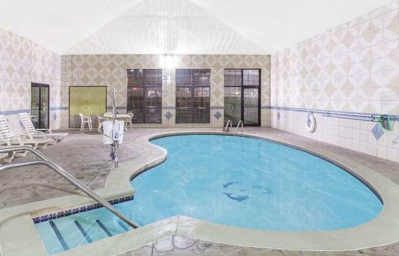Baymont by Wyndham Oklahoma City Edmond - Pool - 3
