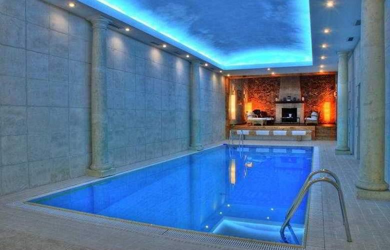 Grand Hotel Ukraine - Pool - 1