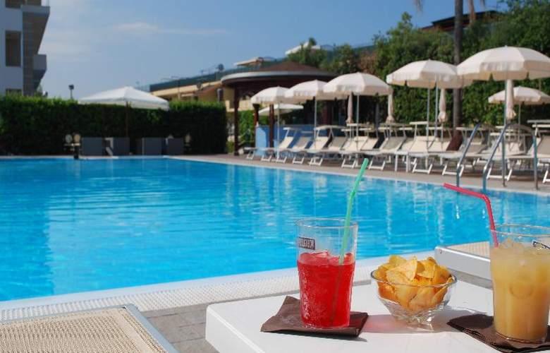 Hotel Premiere - Pool - 17