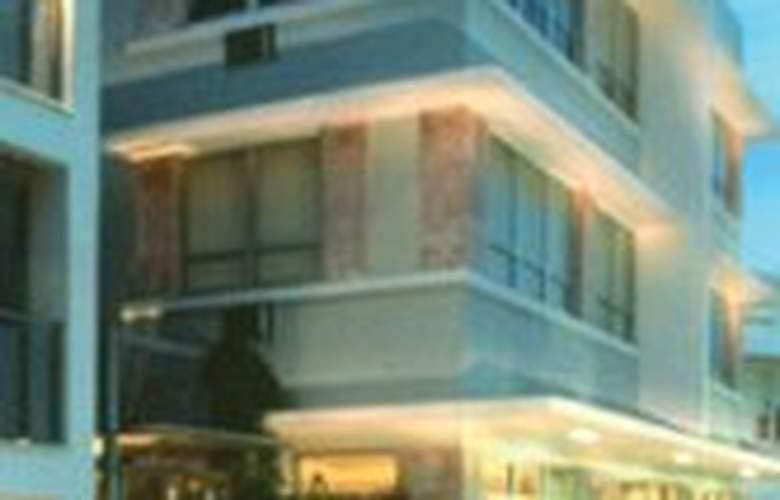 Crest Hotel Suites - Pool - 3
