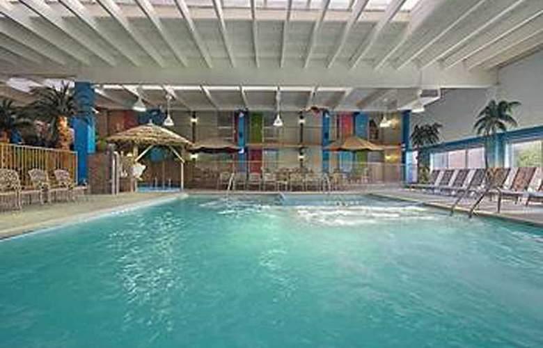 Ramada Plaza Grand Rapids - Pool - 2