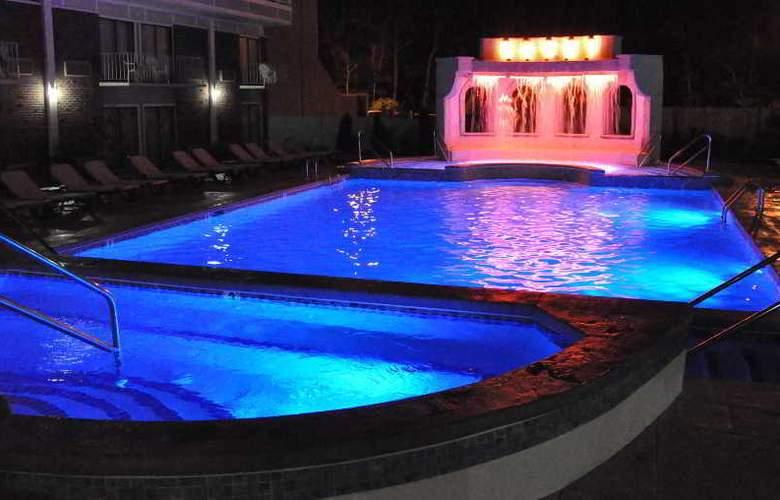 Cape Codder Resort & Spa - Pool - 3