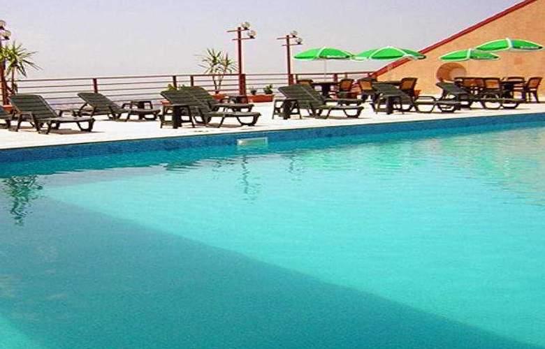 Regineh Hotel - Pool - 5