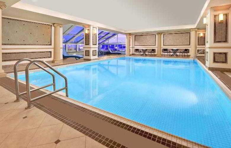 Sheraton Gateway Hotel in Toronto Int'l Airport - Pool - 17