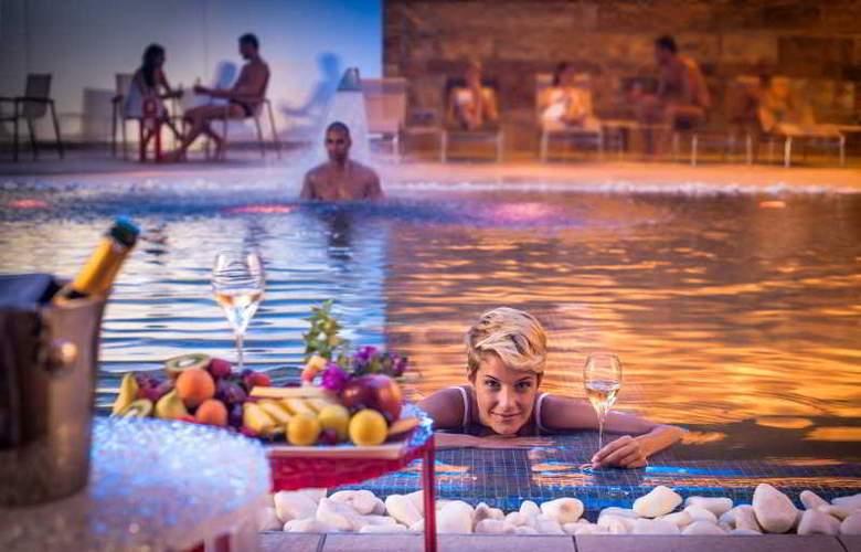T Hotel - Pool - 9