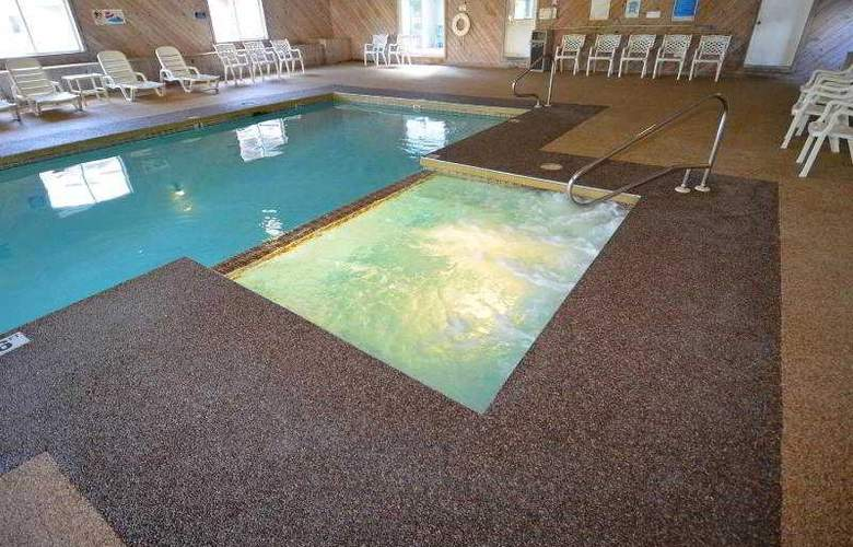 Econo Lodge Inn & Suites - Pool - 29