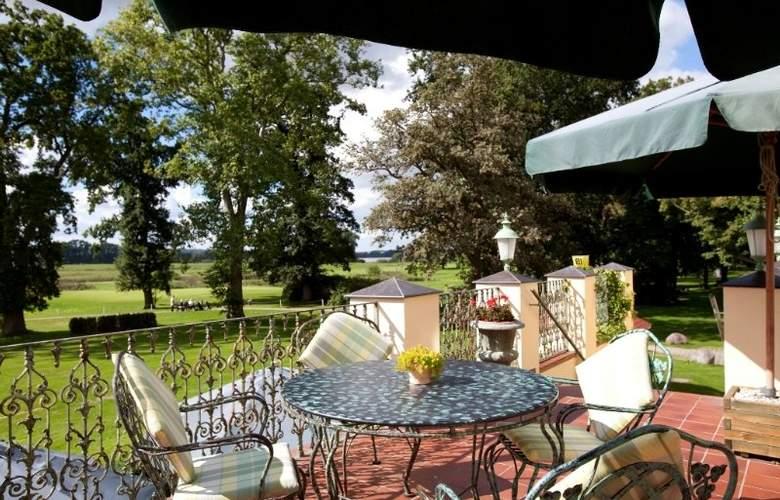 Landhotel Schloss Teschow - Terrace - 4