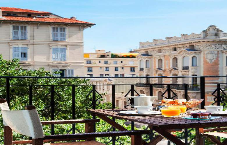Quality Suites La Malmaison - Terrace - 11