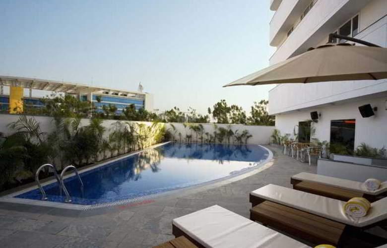 Lemon Tree Hinjawadi Pune Hotel - Pool - 4