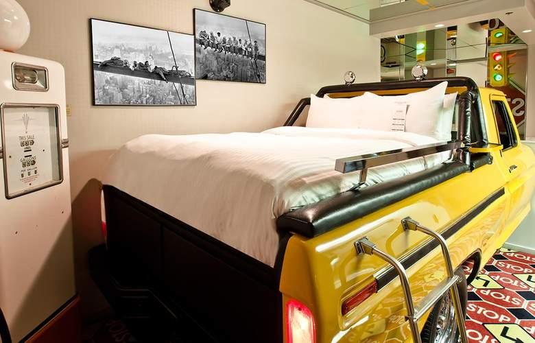Fantasyland Hotel - Room - 9