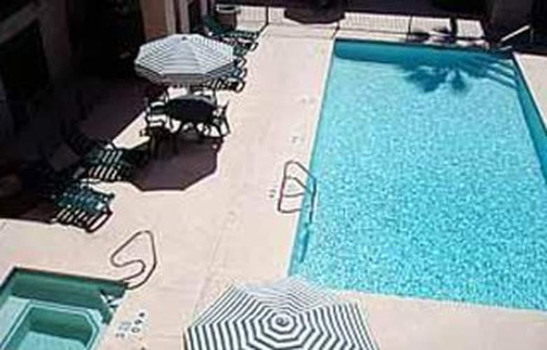 Quality Inn Airport - Pool - 3