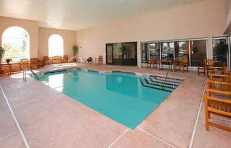 Clarion Hotel Buffalo Airport - Pool - 6