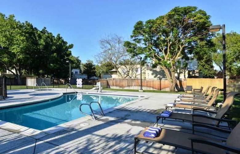 Lions Gate Hotel - Pool - 2